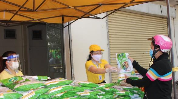 100 tấn gạo tập kết về bưu điện để tặng người dân Đồng Nai