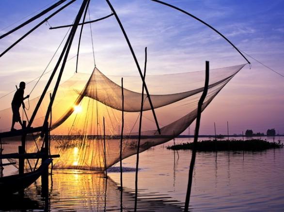 Đánh cá đón mùa nước nổi miền Tây