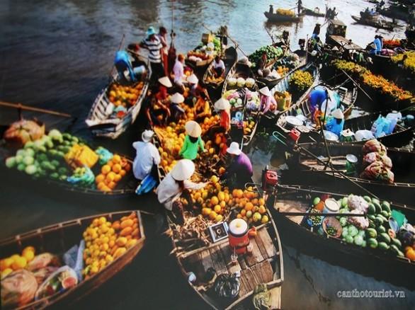 Một buổi sáng tấp nập trên chợ nổi Cái Răng