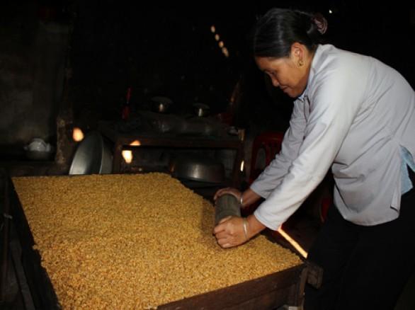 Khéo léo giữ lửa nghề làm bánh bỏng ở Lai Châu