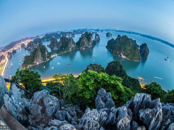 Vịnh Hạ Long nhìn từ núi Bài Thơ