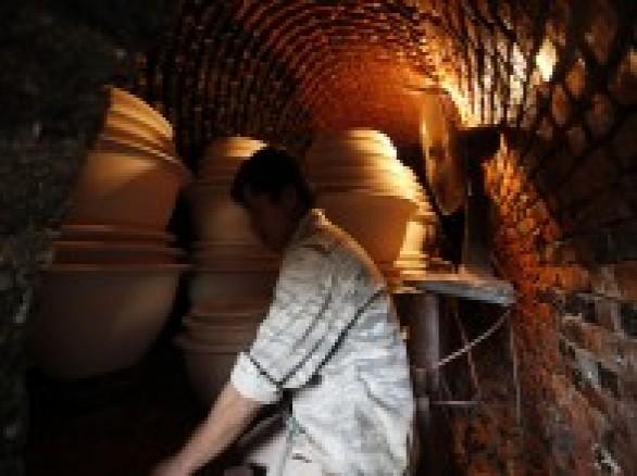 Làm gốm sứ ở làng nghề Đông Triều