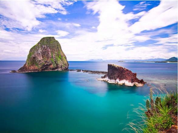 Nước trong xanh ở bãi biển Phú Thường