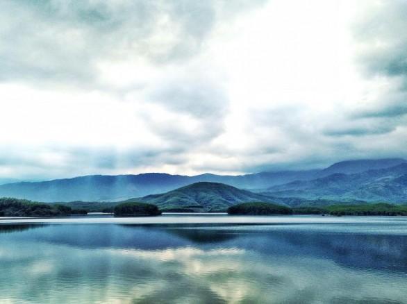 Hồ Hòa Trung đẹp như thảo nguyên xanh
