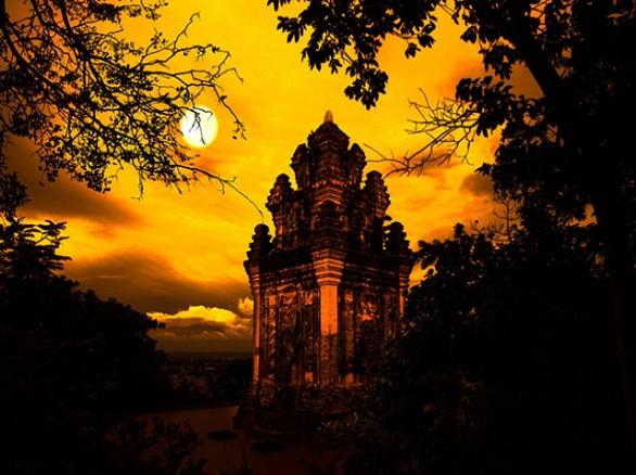 Tháp Nhạn huyền bí dưới hoàng hôn