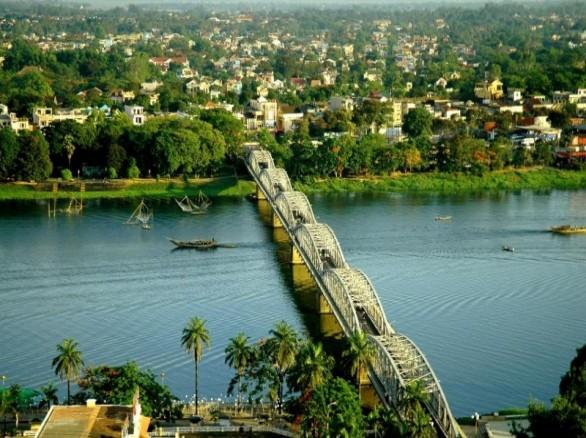 Cầu Tràng Tiền đi qua bao năm tháng đã trở thành biểu tượng của người dân xứ Huế.