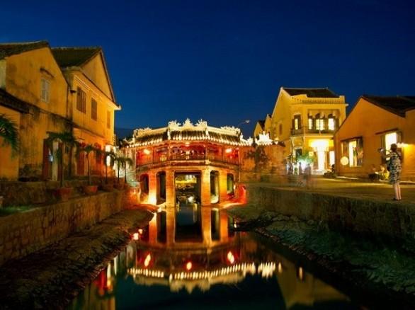 Cầu Nhật Bản nổi tiếng lung linh về đêm ở phố cổ Hội An.