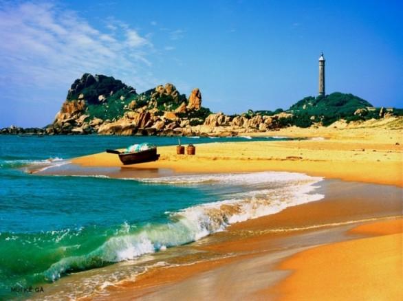 Bãi cát vàng trải dài cùng với ngọn hải đăng cổ chính là nét thu hút của mũi Kê Gà, tỉnh Bình Thuận
