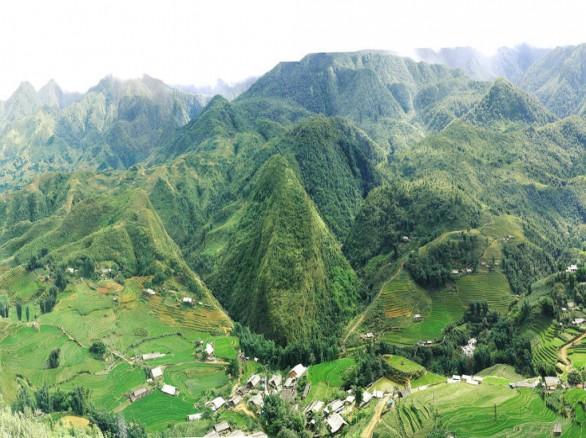 Núi non trùng điệp nối dài như bất tận ở Hà Giang.